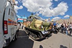 Tout le véhicule de terrain sur des voies à l'exposition du special équipent images stock