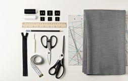 Tout pour coudre en noir et blanc Tissu et fil, fermeture éclair Photos stock
