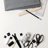 Tout pour coudre en noir et blanc Tissu et fil, fermeture éclair Photo stock