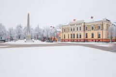 Tout qu'il est blanc, hiver est venu Centre de la ville avec la neige Photographie stock