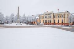 Tout qu'il est blanc, hiver est venu Centre de la ville avec la neige Images stock