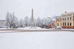 Tout qu'il est blanc, hiver est venu Centre de la ville avec la neige Image libre de droits