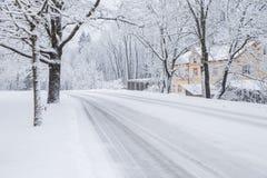Tout qu'il est blanc, hiver est venu La manière est avec la neige Image stock