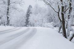 Tout qu'il est blanc, hiver est venu La manière est avec la neige Photographie stock libre de droits