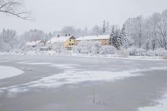 Tout qu'il est blanc, hiver est venu Vue urbaine de ville avec la neige Images libres de droits