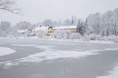 Tout qu'il est blanc, hiver est venu Vue urbaine de ville avec la neige Photographie stock libre de droits
