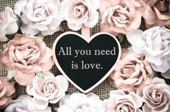 Tout que vous avez besoin est étiquette en bois d'amour avec des roses Images stock