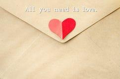 Tout que vous avez besoin est amour sur la lettre d'amour Photo stock