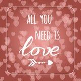 Tout que vous avez besoin est amour sur le fond de Saint Valentin de bokeh de coeurs Carte romantique Élément de lettrage Photos stock