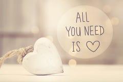 Tout que vous avez besoin est message d'amour avec un coeur blanc Photographie stock libre de droits