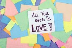 Tout que vous avez besoin est message de note d'expression de citation d'amour Photos libres de droits