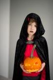 Tout sanctifie Eve L'âge de garçon s'est habillé dans un costume pour Halloween photographie stock