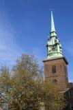 Tout sanctifie par l'église de tour à Londres photos stock