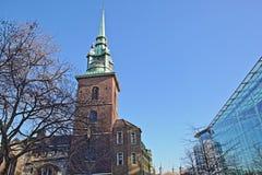 Tout sanctifie par l'église de tour dans le secteur financier de la ville de Londres avec la tour de Londres à l'arrière-plan images stock