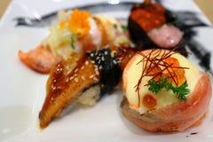 Toute la nourriture délicieuse de sushi du Japon Photo stock