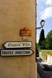 Toutes方向和中心Ville签到Grimaud法国村庄南部, Var,法国 免版税库存照片