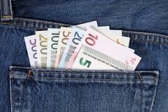 Toutes les notes d'euro dans la poche de pantalon Images libres de droits