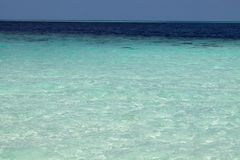 Toutes les ombres de bleu en mer tropicale Paradis tropical naturel de l'eau Île-hôtel tropicale de voyage Tranquilité de nature  Images libres de droits