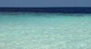Toutes les ombres de bleu en mer tropicale Paradis tropical naturel de l'eau Île-hôtel tropicale de voyage Tranquilité de nature  Photos libres de droits