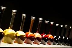 Toutes sortes de vin dans des bouteilles spéciales Images libres de droits