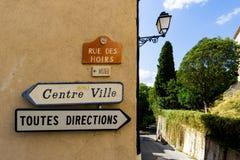 Toutesrichtingen en de tekens van Centrumville in het Zuiden van het dorp van Frankrijk van Grimaud, Var, Frankrijk Stock Foto