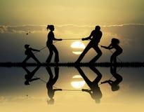Touwtrekwedstrijd bij zonsondergang Royalty-vrije Stock Foto