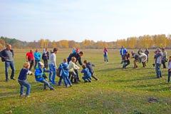 Touwtrekwedstrijd - kinderen tegen volwassenen Royalty-vrije Stock Foto