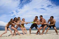 Touwtrekwedstrijd op het strand Stock Fotografie