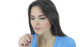 Toux de la femme malade de brune, toux, fond blanc, jeune banque de vidéos