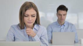 Toux, jeune femme d'affaires Coughing au travail banque de vidéos
