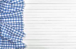 Tovaglia blu sulla tavola di legno, vista superiore fotografia stock libera da diritti