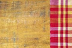 Tovaglia Checkered sulla tabella di legno fotografie stock