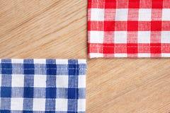 Tovaglia Checkered sulla tabella di legno immagine stock libera da diritti