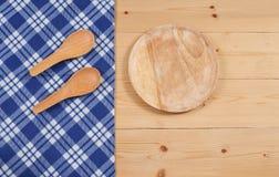 Tovaglia, cucchiaio di legno, su legno Immagine Stock