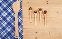 Tovaglia, cucchiaio di legno, su legno Immagini Stock