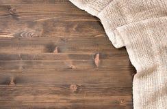 Tovaglia fatta a mano grigia dalla destra della tavola di legno immagini stock