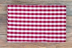 Tovaglia in gabbia bianca e rossa sulla tavola di legno fotografie stock