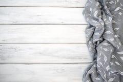 Tovaglia o tovagliolo sgualcita sulla tavola di legno bianca vuota con immagini stock
