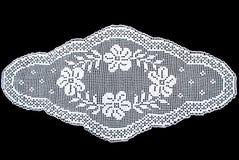 Tovaglia ovale bianca del pizzo di bellezza isolata su fondo nero, modello floreale immagini stock libere da diritti