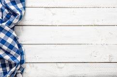 Tovaglia a quadretti blu della cucina sulla tavola di legno fotografie stock libere da diritti