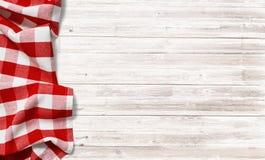 Tovaglia a quadretti rossa di picnic sulla tavola di legno bianca fotografia stock libera da diritti