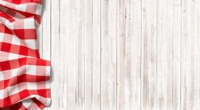 Tovaglia a quadretti rossa di picnic sulla tavola di legno sottile fotografie stock libere da diritti