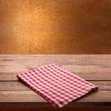 Tovaglia a quadretti rossa sulla tavola di legno Derisione alta vicina di vista superiore del tovagliolo su fotografia stock