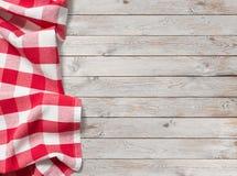 Tovaglia rossa di picnic su fondo di legno bianco fotografia stock