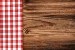 Tovaglia sul fondo di legno della tavola Fotografie Stock Libere da Diritti