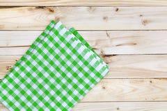 Tovaglia verde sulla tavola di legno, vista superiore immagini stock