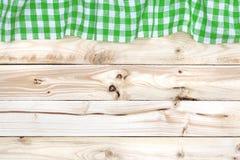 Tovaglia verde sulla tavola di legno, vista superiore fotografia stock libera da diritti
