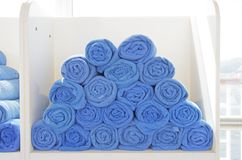 Tovaglioli blu rotolati Fotografia Stock Libera da Diritti