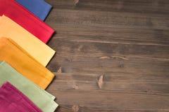 Tovaglioli colorati dalla tavola della parte di sinistra di legno Immagine Stock Libera da Diritti