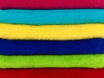 Tovaglioli colorati della stanza da bagno Immagine Stock